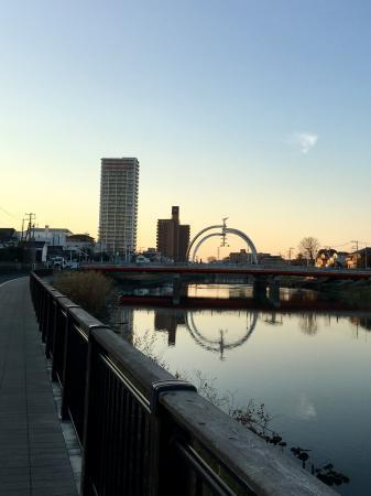 夕暮れ時の公園橋